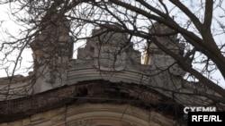 Зовнішній вигляд цього будинку і стан фасаду – з тріщинами і втраченими окремими елементами оздоблення