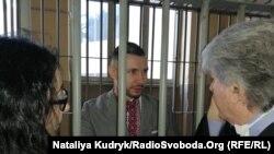 Віталій Марків спілкується з адвокатами перед судовим засіданням у Павії (фото минулорічне)