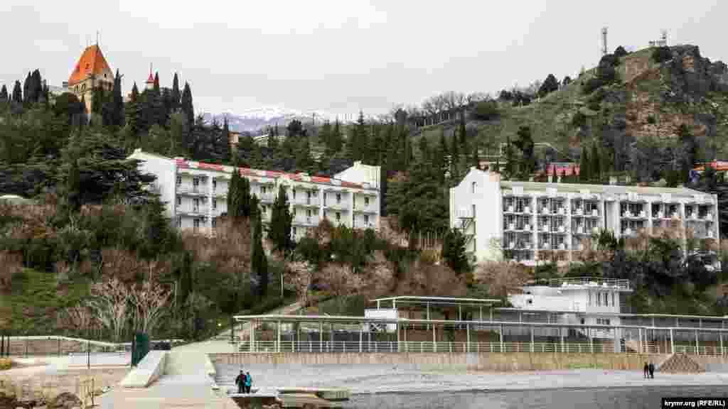 Вид на дворец, корпуса и пляж санатория «Утес» с пирса