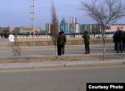 Жители Жанаозена смотрят на вооруженных полицейских. Январь 2012 года.