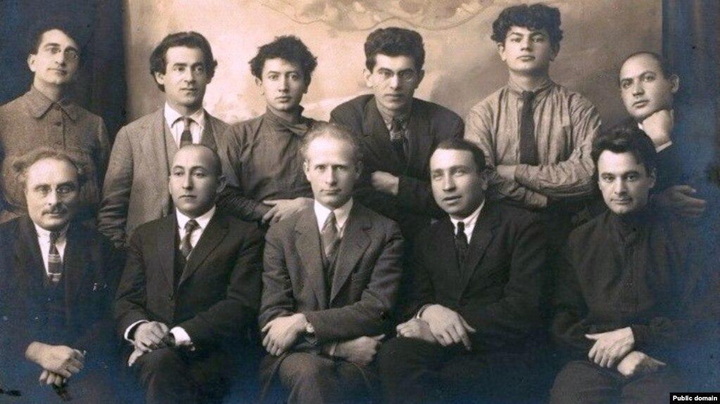 У верхнім радзе крайні зьлева — І. Харык. Масква, 1925 год. Фота са збораў YIVO