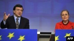 European Commission President Jose Manuel Barroso (left) and EU External Relations Commissioner Benita Ferrero-Waldner discussing the Eastern Partnership in Brussels on December 3.