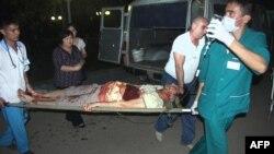 Дәрігерлер жараланған журналист Лұқпан Ахмедьяровты ауруханаға апара жатыр. Орал, 19 сәуір 2012 жыл.