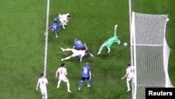 Рахунок відкрив захисник англійців Люк Шоу на 2 хвилині, але італійці зрівняли рахунок у другому таймі (на фото: гол Леонардо Бонуччі)