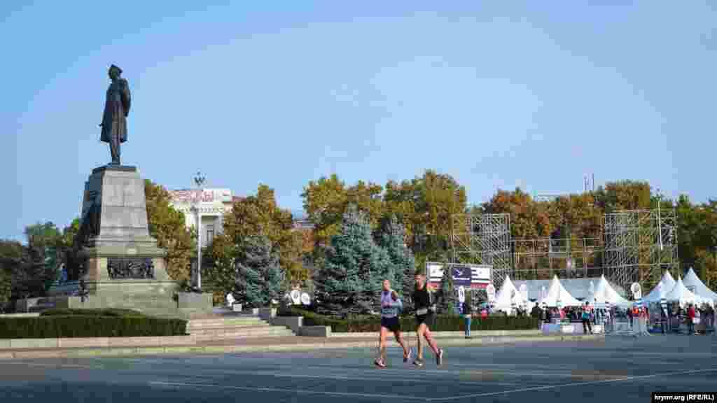 Маршрут полумарафона проходил по историческому центру Севастополя