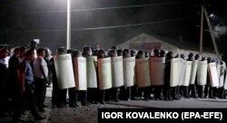 Кой-Таштағы Атамбаевтың резиденциясы маңында тұрған милицияның арнайы жасақ тобы (ОМОН). Қақтығыстан кейін полиция күші ауылдан шығып кетті.