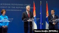 Catherine Ashton, Tomisllav Nikolliq (në mes) dhe Ivica Daçiq gjatë konferencës së djeshme për gazetarë në Beograd