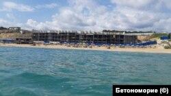 Четириетажна сграда на Шофьорския плаж на Алепу, заснета в първите дни на юни 2020.