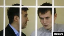 ალექსანდრ ალექსანდროვი (მარჯვნივ) და ევგენი ეროფეევი სასამართლო პროცესზე. კიევი, 2015 წლის 29 სექტემბერი.