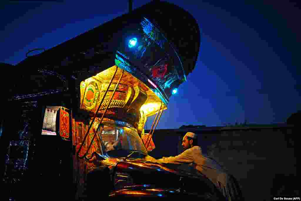 Художник по грузовикам полирует рисунок в автомастерской Нура. По данным газеты New York Times, цена полного оформления грузовика может достигать 25 000 долларов.