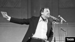 Видеомы Вознесенского, его визуальная поэзия, его выступления, в которых он соединял музыку, стихи и видео - это совершенно современно.