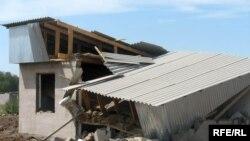 Разрушенные дома в поселке Мукагали, 12 августа 2008 года.