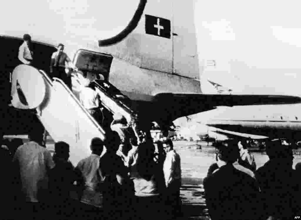 The coffin of U-2 pilot Major Rudolf Anderson Jr., the crisis's lone casualty, is loaded onto a Swiss plane at Havana's airport on November 6, 1962 for repatriation to the United States.
