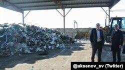 Сергей Аксенов возле свалки мусора в Саках (архивное фото)