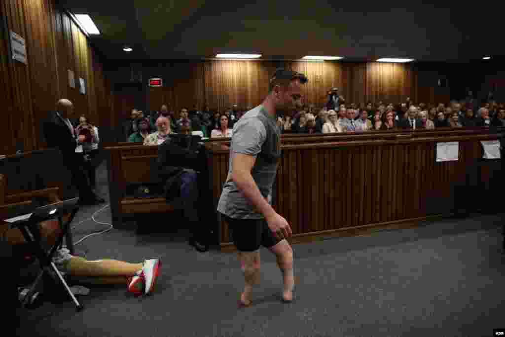 South African Paralympic gold-medalist Oscar Pistorius walks across the courtroom without his prosthetic legs during the third day of the resentencing hearing for the 2013 murder of his girlfriend Reeva Steenkamp at Pretoria High Court on June 15. (epa/Siphiwe Sibeko)