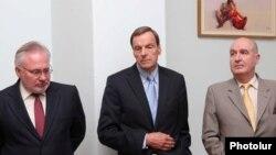 Слева направо: сопредседатели Минской группы ОБСЕ Игорь Попов, Роберт Брадтке и Бернар Фасье