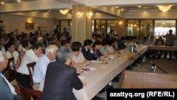 Участники общественных слушаний на тему реформы образования и «политики трехъязычия». Алматы, 28 июня 2016 года.