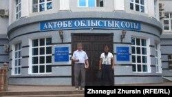 Ерлан Бершимбаев (справа) и его адвокат Агысбек Толегенов у здания Актюбинского областного суда. 31 августа 2017 года.