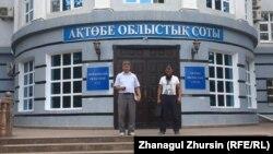 Ерлан Бершімбаев (оң жақта) пен оның адвокаты Ағысбек Төлегенов облыстық сот үйінен шығып келеді. Ақтөбе, 31 тамыз 2017 жыл.