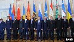 Азербайджан был представлен вице-премьером Ягубом Эйюбовым (крайний слева), Санкт-Петербург, 18 октября 2011