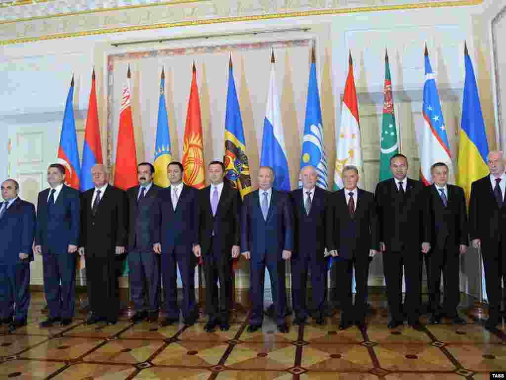 Fotografie de grup a liderilor de guverne din CIS la reuniunea la nivel înalt de la Palatul Constantine din St Petersburg, 18Oct2011.