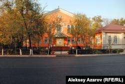 Здание детской библиотеки имени Сапаргали Бегалина занимает четверть квартала в престижном районе Алматы. Все прочие филиалы библиотеки занимают либо первые этажи жилых зданий, либо небольшие одноэтажные особняки. Алматы, 20 октября 2013 года.