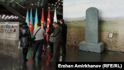 Копия древнего тюркского камня «Шивээн улаан» в кулуарах конференции Парламентской ассамблеи тюркоязычных стран. Астана, 3 декабря 2015 года.