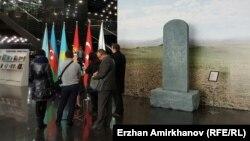 """Копия древнего тюркского камня """"Шивээн улаан"""" в кулуарах конференции Парламентской ассамблеи тюркоязычных стран. Астана, 3 декабря 2015 года."""