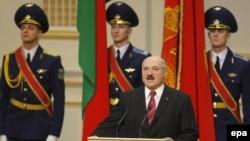 Alyaksandr Lukashenka depunînd jurămîntul