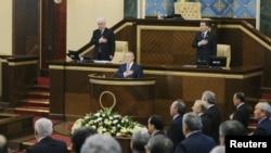 Президент Казахстана Нурсултан Назарбаев (в центре), члены правительства и депутаты парламента стоя слушают гимн Казахстана на открытии сессии парламента пятого созыва. Астана, 20 января 2012 года.