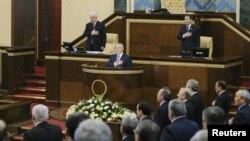 Участники сессии парламента Казахстана слушают государственный гимн. Иллюстративное фото.