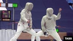 На снимке: поединок между Станиславом Поздняковым (справа) и двукратным олимпийским чемпионом Сергеем Шариковым (слева)
