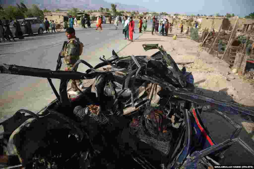 Avganistanski bezbednosni zvaničnici na mestu eksplozije pored puta u kojoj je 21. jula stradalo šest civila na periferiji Džalalabada.