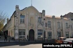 Одно из старых зданий в центре города