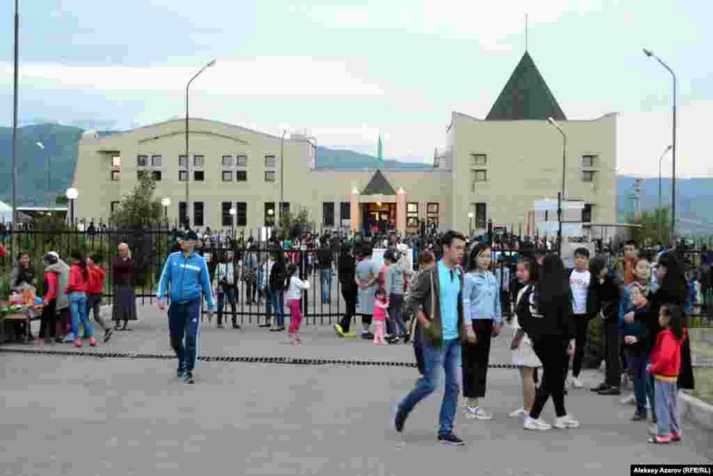 Гости праздника на фоне здания музея. Для небольшого Есика (его население около 48 тысяч), не так «избалованного», как Алматы, культурно-массовыми мероприятиями, «Ночь в музее» – значимое событие. В прежние годы подобные мероприятия посещали более трех тысяч человек (вместе с гостями из Алматы).