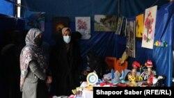 آرشیف، یک غرفه صنایع دستی زنان تجارتپیشه در یک نمایشگاه تجاری در هرات