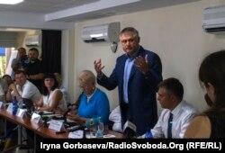 Алексей Белый выступает перед участниками форума