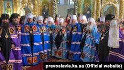 Каллиник стоит в ряду архиереев Московского патриархата в мантии епископа, крайний справа