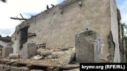 Разрушенные колонны дома Александра Спендиарова