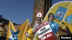 Преподаватели школ и университетов принимают участие в забастовке. Лондон, 30 июня 2011 года.