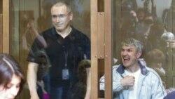 Biznismenët rusë, Mikhail Khodorkovsky dhe Platon Lebedev gjatë një prej seancave kundër tyre në Rusi, 24 maj 2011