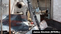 Дом узбекской семьи в городе Ош, сожженный во время событий в июне 2010 года.