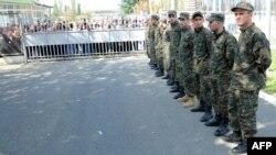 Gjeorgji - Familjarët e të burgosurve në grevë, të mbledhur para burgut në pritje të një takimi me administratën e burgut Geguti (Ilustrim)