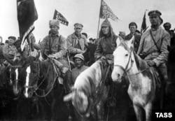 Руски кавалеристи на път към боевете с полските сили.