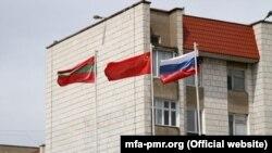 Drapelele regiunii transnistrene, fostei URSS și Federației Ruse arborate la Tiraspol