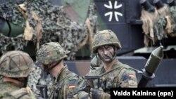 Soldați germani la o bază militară în Lituania
