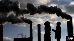 مطبوعات و رسانههای آمریکا در اوایل دهه ۱۹۷۰ میلادی مطالب متعددی را در مورد احتمال سردشدن جو کره زمین و وقوع شرایط فاجعه بار تحت تاثیر آن منتشر کردند. در حالیکه اکنون بسیاری از دانشوران محیط زیست این فرضیه را رد میکنند.