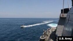 تصویر آرشیوی از نزدیک شدن قایق تندروی سپاه پاسداران به یک شناور آمریکایی