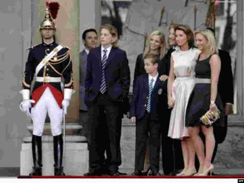 Президент Франции Николя Саркози со своим детьми от первого и второго браков.