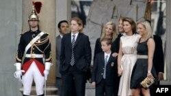 Французы недолго наслаждались идиллическими картинками первой четы. Большая семья Саркози на инаугурации